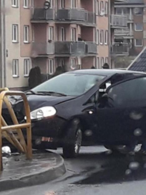 Barierki wpadły na auto