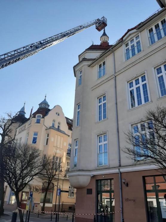 Strażacy zdejmują przekrzywioną iglicę na Grunwaldzkiej