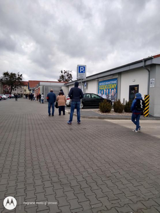 Lidl Gdynia ul. Chylońska, wpuszczają po 15 osób, stałem ok. 40 minut.