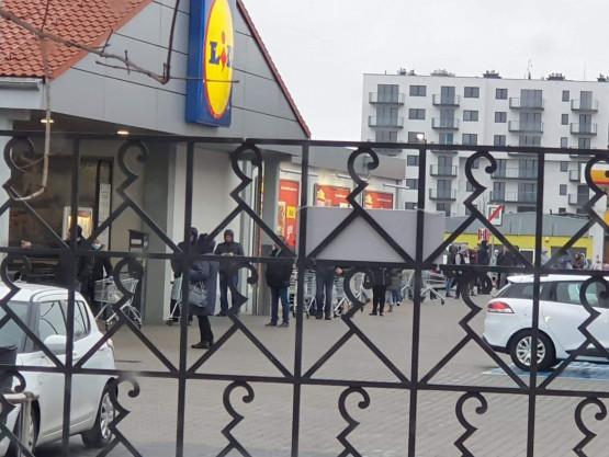 Kolejka pod sklepem Lidl Gdynia Chylonia godzina 7:18.