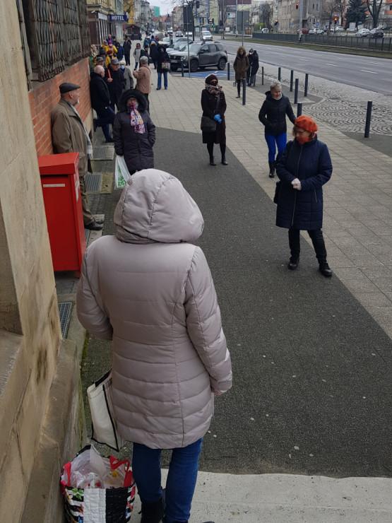 Kolejki przed pocztą i sklepami w Trójmieście