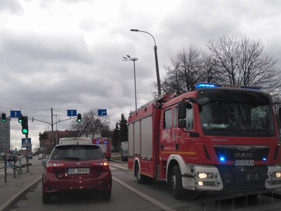 Samochód uderzył w barierkę przy ul. Kolejowej