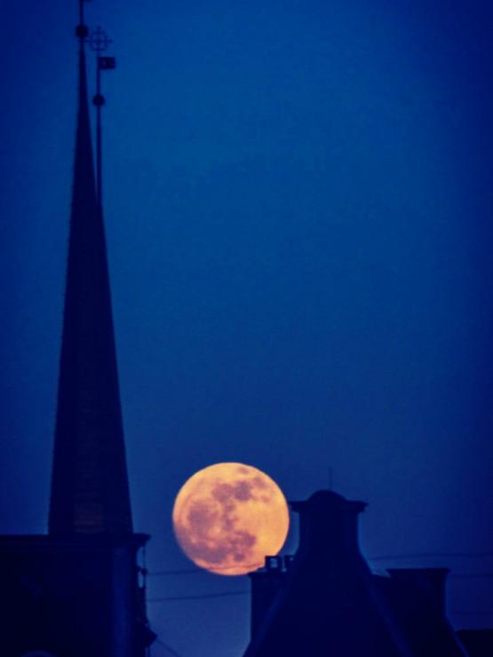 Wschodzący w pełni księżyc nad Trójmiastem.Dziś pełnia Różowego Księżyca