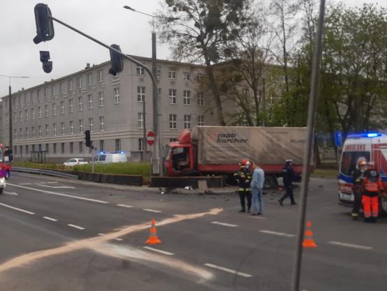 Skutki zderzenia ciężarówki z karetką