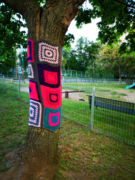 Sweterki na drzewkach i słupach od lamp na Żabiance