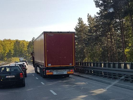 Zepsuta ciężarówka blokuje pas na Estakadzie do obwodnicy