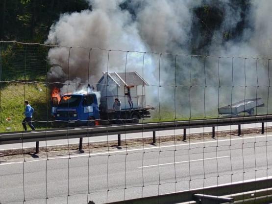 Pożar samochodu za zjazdem na port w stronę Chyloni
