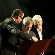 Kai Bauman odbiera nagrodę z rąk Prezydenta Miasta Gdańska Pawła Adamowicza