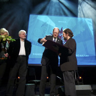 Olo Walicki odbiera nagrodę z rąk Prezydenta Miasta Gdańska Pawła Adamowicza
