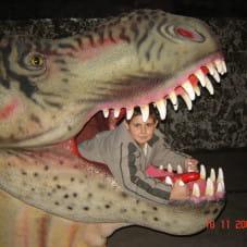 Szymon w paszczy dinozaura