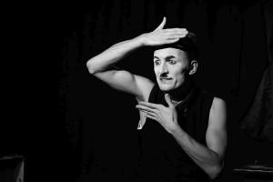 """Fundacja Pomysłodalnia - Mateusz Deskiewicz """"Byc jak Charlie Chaplin"""" (fot. B. Demska)"""