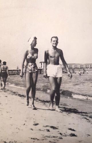 Para spacerowiczów na plaży w Sopocie latem 1939 roku. Ilustracje pochodzą ze zbiorów Biblioteki Gdańskiej PAN