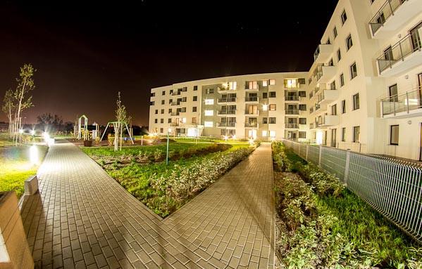 Budynki wielorodzinne (na zdjęciu oddany w 2012 roku) skupione są wokół wewnętrznych, niedostępnych dla ruchu kołowego, dziedzińców.