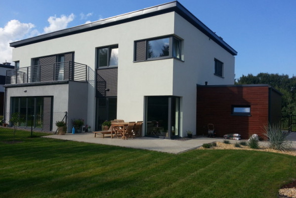 Działki na których powstały domy są na tyle duże, że cieszyć się można sporym ogrodem wokół domu. I etap inwestycji.