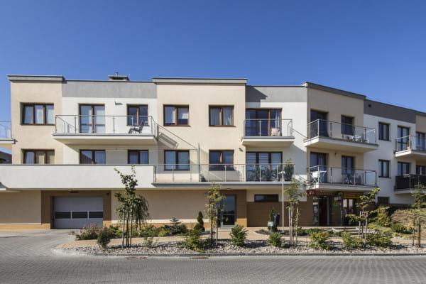 Niska zabudowa i elewacje budynków w słonecznych kolorach sprawiają, że osiedle stało się kameralnym i przytulnym miejscem zamieszkania.