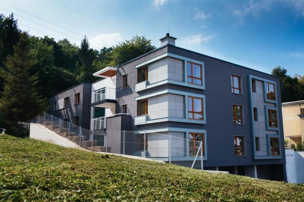 Budynek ma cztery kondygnacje, trzy z nich są mieszkalne.