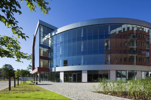 Charakterystyczny, wyokrąglony, kształt budynku widoczny jest najlepiej od strony Placu Garnizonowego.