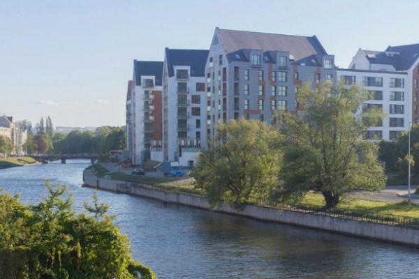 Budynki powstały nad brzegiem Motławy.