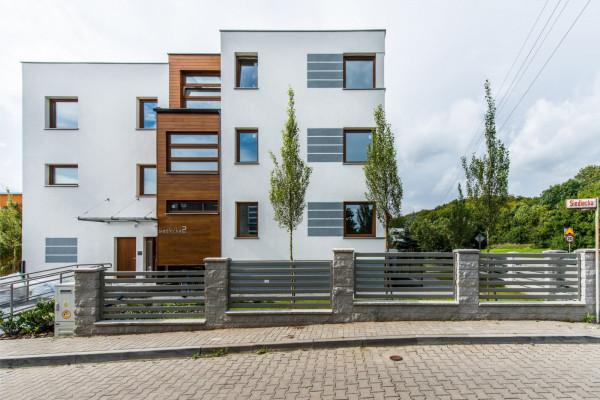 Budynek zlokalizowany tuż obok terenów zielonych ma trzy kondygnacje mieszkalne.