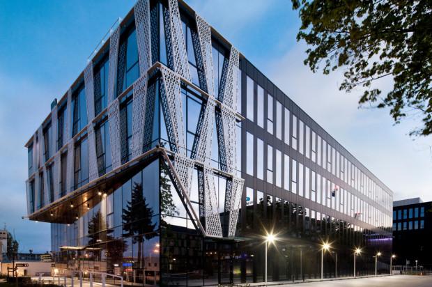 Charakterystyczna architektura wyróżnia biurowce przy ulicy Łużyckiej.