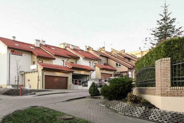 W kameralnych budynkach znajdują się mieszkania z antresolami.
