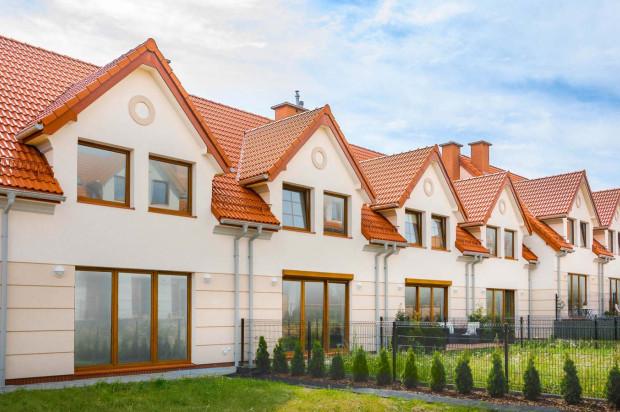 Szereg domów na osiedlu oddany do użytkowania w 2017 roku.