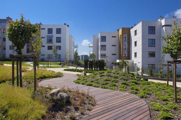 W drugim etapie inwestycji pomiędzy budynkami powstał ogród w stylu zen.