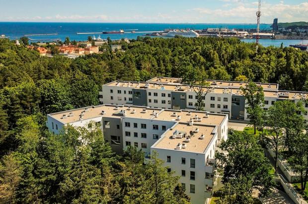 Otoczone zielenią budynki znajdują się blisko Zatoki Gdańskiej.