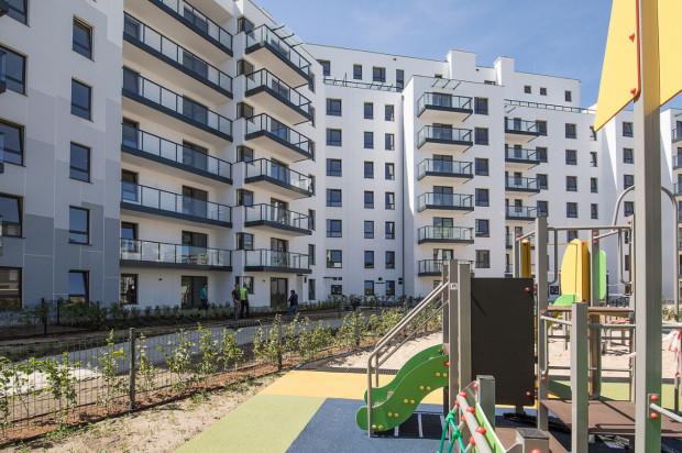 Pomiędzy budynkami osiedla powstał plac zabaw dla dzieci.
