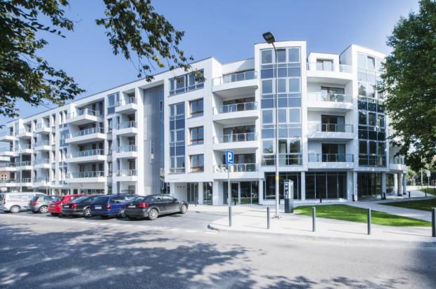 Budynek wypełnia narożnik ulic Sosnowa/Batorego we Wrzeszczu.