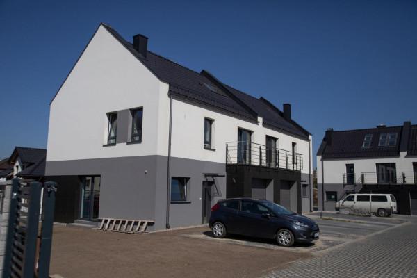 Domy w zabudowie bliźniaczej mają garaże oraz indywidualne ogrody.