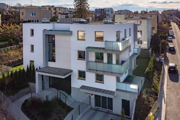 Budynek ma nowoczesną architekturę, do mieszkań przylegają obszerne balkony i tarasy.