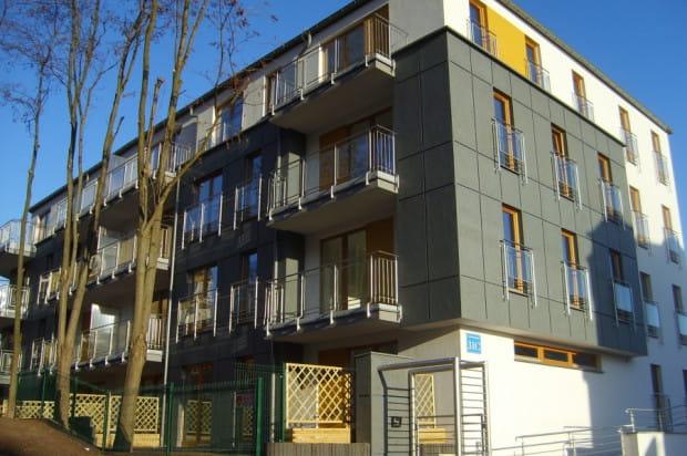 Budynek został wkomponowany w zabudowę istniejącą przy ul. Do Studzienki.