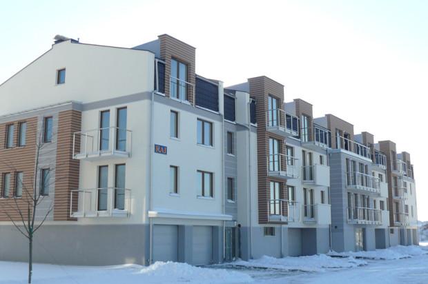 Budynki kompleksu Zeusa I. Do każdego mieszkania przynależy balkon.
