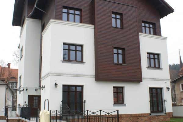 Budynek wpisuje się w otaczającą zabudowę. Powstał przy wykorzystaniu materiałów najwyższej jakości.