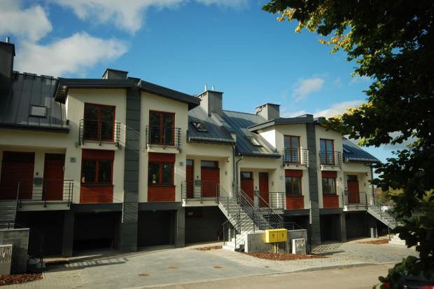 Na górnej kondygnacji domy mają balkony z obu stron.