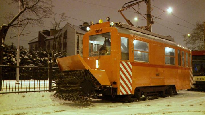 Zobacz maszynę-tramwaj do odśnieżania torowiska tramwajowego.