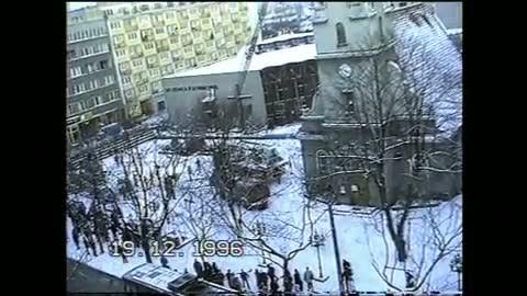 Film z1996 r. Mężczyzna wspiął się na wieżę kościoła pod wezwaniem NMP Królowej Polski wcentrum Gdyni.