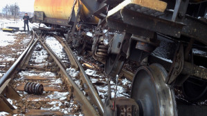 Wykolejony pociąg towarowy