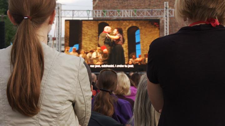 Zobacz relację z ubiegłorocznego pokazu opery na Targu Węglowym.