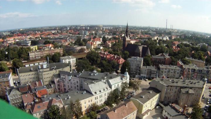 Zobacz plac budowy Galerii Metropolia zperspektywy żurawia wieżowego. Ujęcia wykonano wsierpniu 2013 roku.