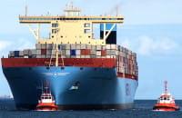 Holowanie i cumowanie największego kontenerowca na świecie