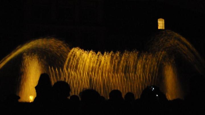 Pokaz fontanny tańczącej do muzyki Mozarta.
