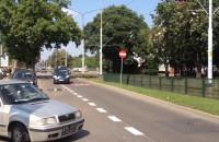 Kierowcy omijają progi zwalniające na Wita Stwosza