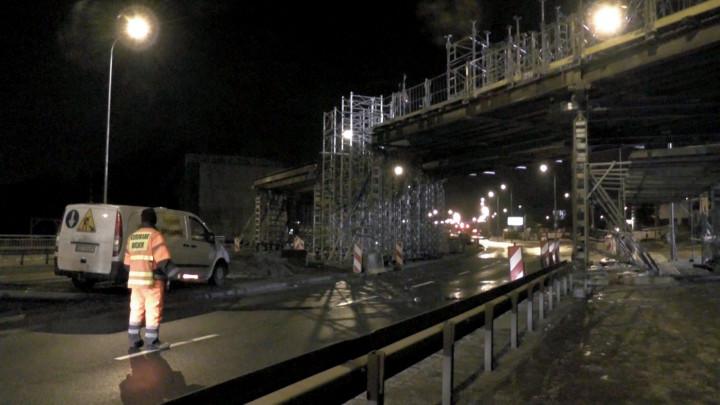 Nocne prace przy wiadukcie kolejowym nad ul. Słowackiego.