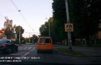 Kolejny nieodpowiedzialny manewr taksówkarza