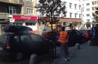 Mycie drzew na Świętojańskiej wraz z samochodami