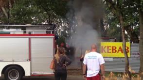 Akcja strażaków przy pożarze przyczepy