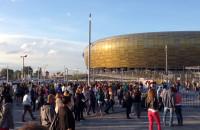Tłum przed stadionem