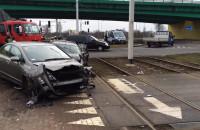 Tramwaj staranował dwa samochody na Przeróbce